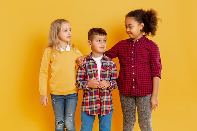 Crianças pequenas no evento do dia do livro