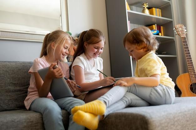 Crianças pequenas se reunindo em casa