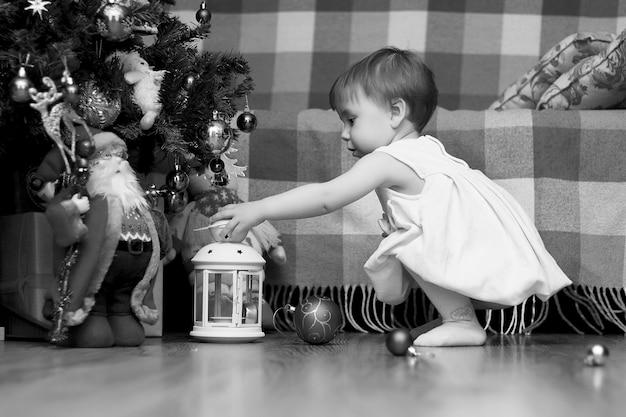 Crianças perto de uma árvore de natal antes das férias