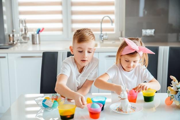 Crianças pintam ovos de páscoa