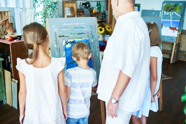 Crianças pintando no art studio