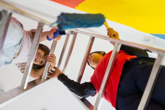 Crianças pintando nova casa