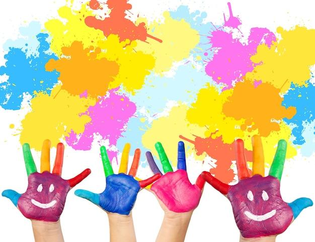 Crianças pintando o conceito de arte. mãos de crianças com cores e sorrisos