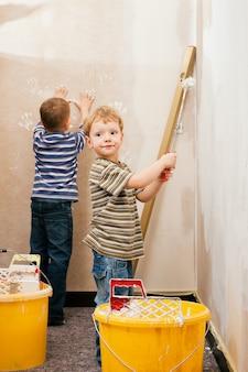 Crianças pintando parede Foto Premium
