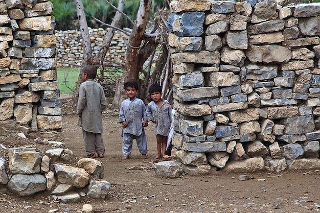 Crianças pobres suja olhar curioso afeganistão casa