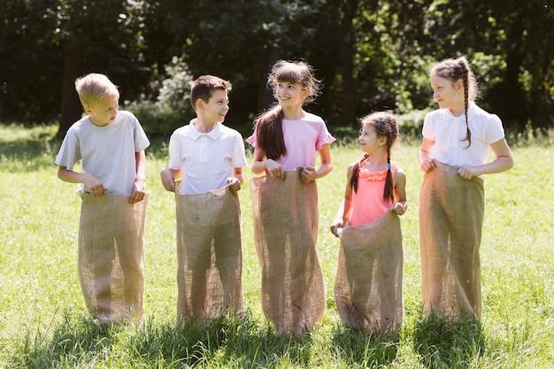 Crianças posando em sacos de aniagem