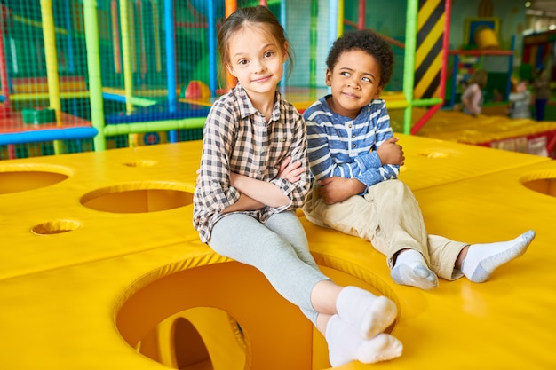 Crianças posando na área de recreação