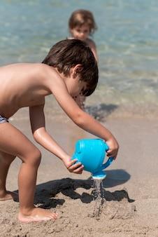 Crianças, praia, tocando, areia