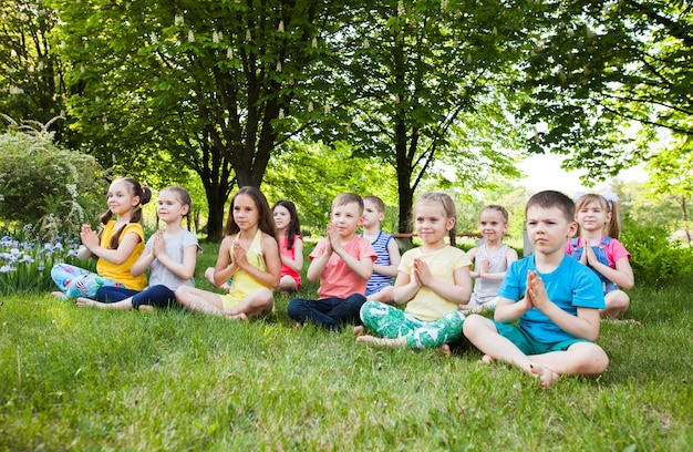 Crianças praticando ioga.