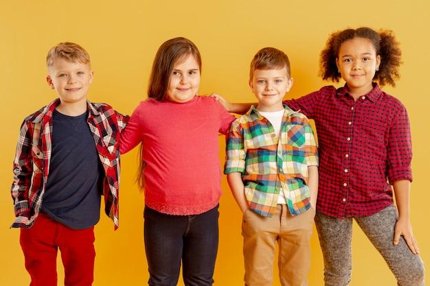 Crianças que apóiam evento de dia de livro
