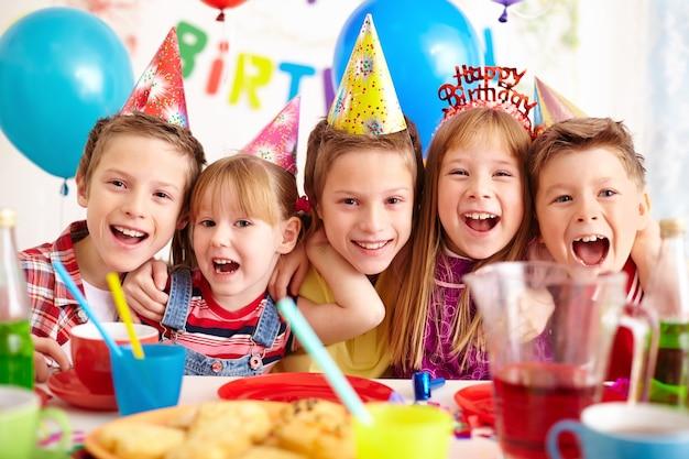 Crianças que comemoram a festa de aniversário