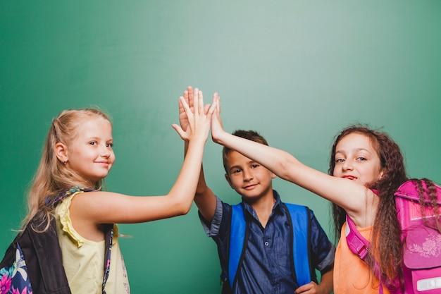Crianças que dão alta cinco