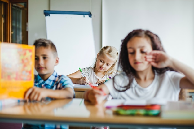 Crianças que estudam na sala de aula