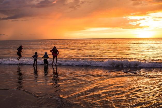 Crianças que jogam no mar