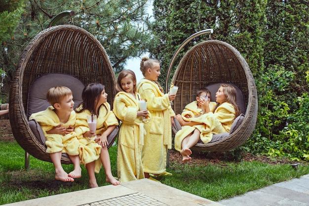 Crianças relaxando no jardim