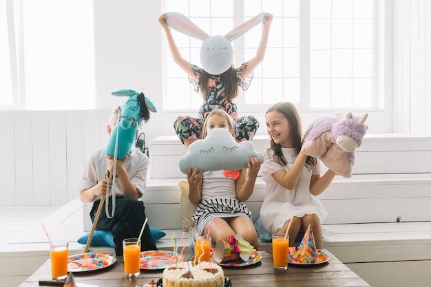 Crianças se divertindo com brinquedos durante a festa