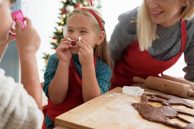 Crianças se divertindo com cortador de biscoitos