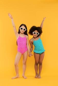 Crianças se divertindo em um estúdio de cenário de verão