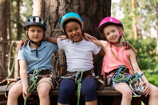 Crianças se divertindo em um parque de aventura Foto Premium