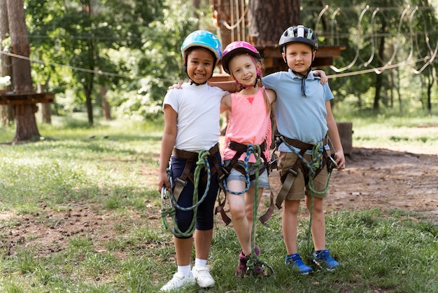 Crianças se divertindo em um parque de aventura