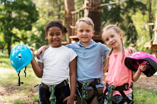 Crianças se divertindo em um parque de aventura Foto gratuita
