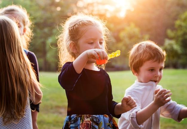 Crianças se divertindo juntos no parque