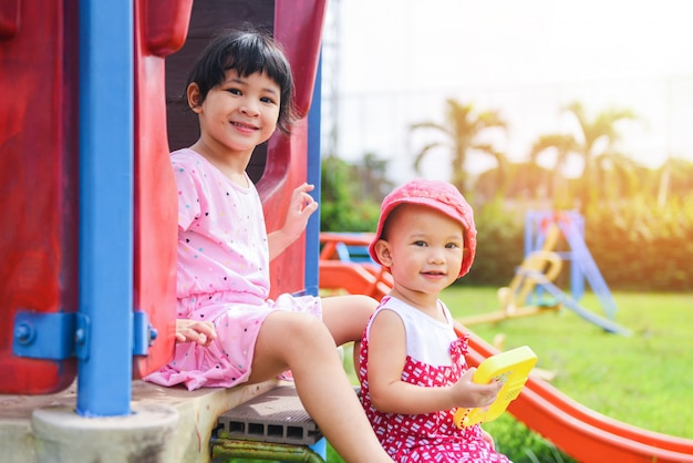 Crianças se divertindo lá fora