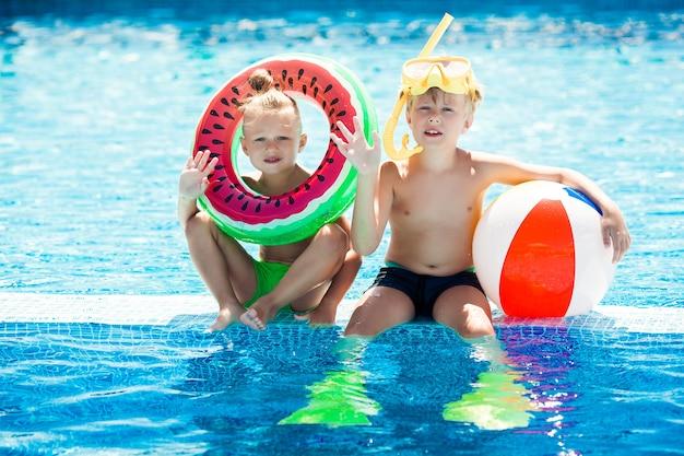 Crianças se divertindo na piscina