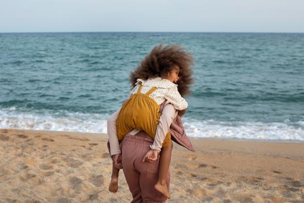 Crianças se divertindo na praia, tiro médio
