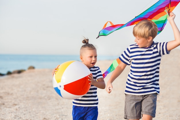 Crianças se divertindo na praia