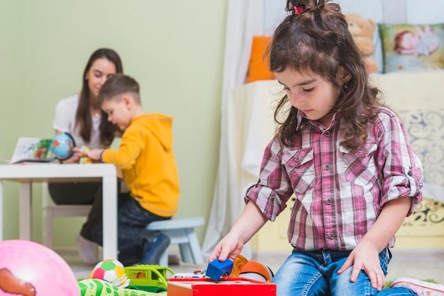 Crianças se divertindo na sala de jogos