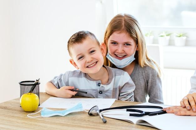 Crianças se divertindo no consultório do médico