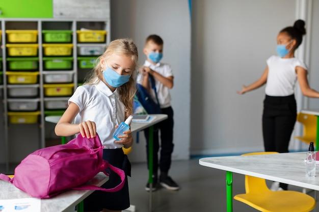 Crianças se preparando para sair da aula