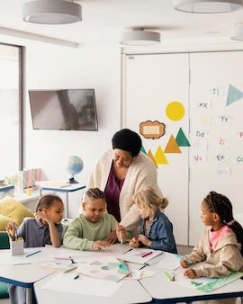 Crianças se reunindo na sala de aula