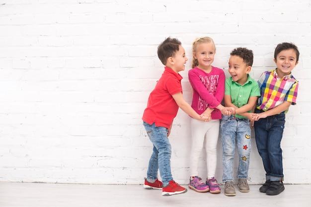 Crianças, segurando mão, em, grupo
