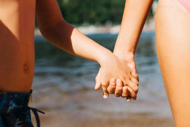 Crianças, segurando, mãos, praia