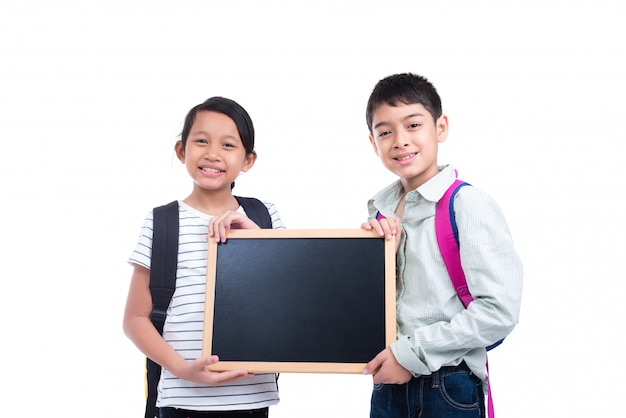 Crianças, segurando, vazio, chalkboard, sorrindo, sobre, fundo branco