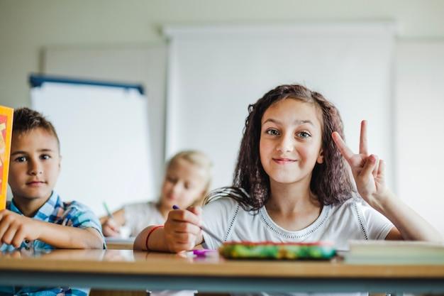 Crianças sentadas na mesa da escola