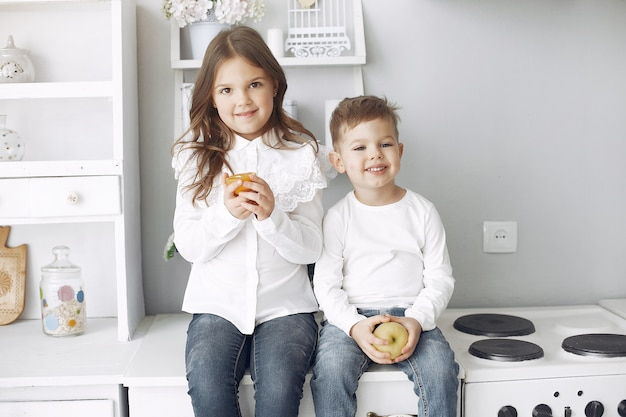 Crianças, sentado em uma cozinha em casa