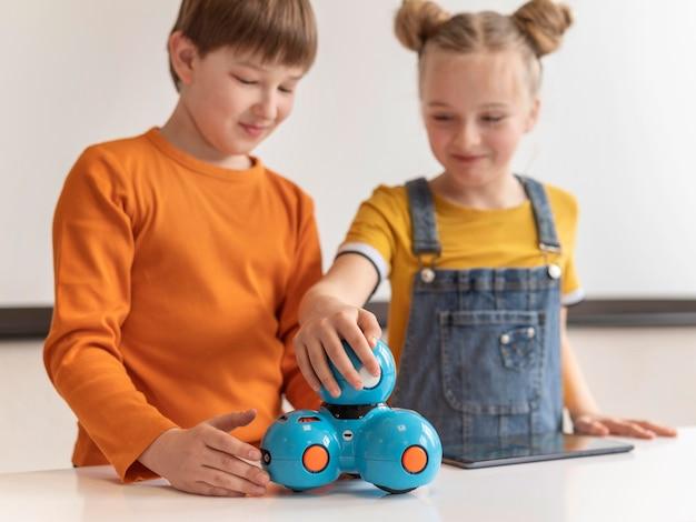 Crianças smiley de tiro médio aprendendo