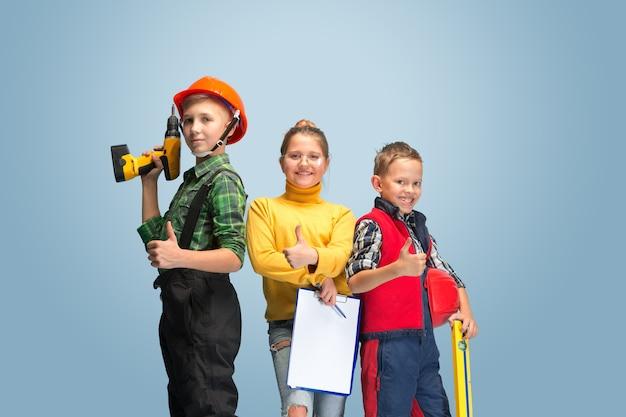 Crianças sonhando com a profissão de engenheiro
