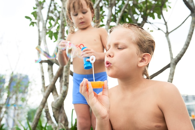 Crianças soprando bolhas de sabão