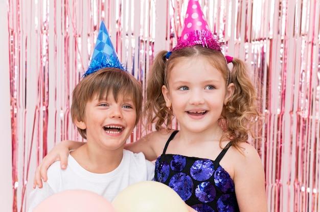 Crianças sorridente em foto média posando juntas