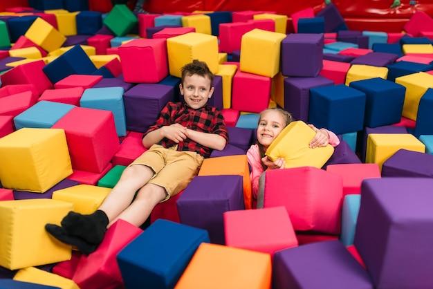 Crianças sorridentes brincam no centro de entretenimento infantil. infância feliz