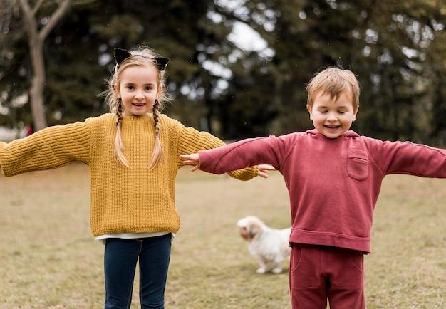 Crianças sorridentes de frente brincando