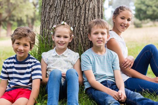 Crianças sorridentes relaxantes no parque