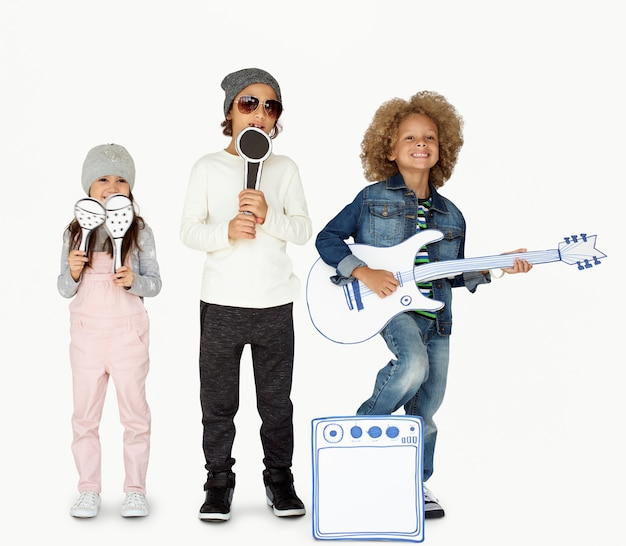 Crianças sorrindo felicidade música banda maquete