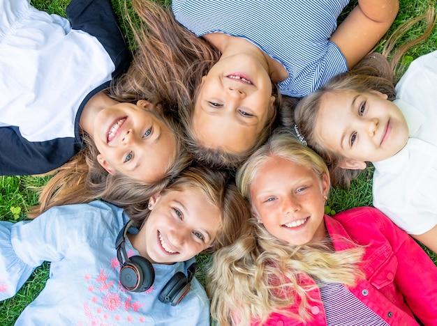 Crianças sorrindo felizes