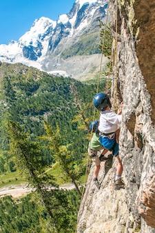 Crianças subindo nas montanhas altas