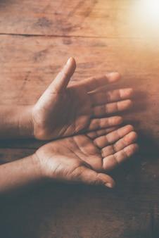 Crianças sujas mão aberta, implorando por dinheiro
